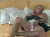 A granny pulls her pantyhose down to masturbate